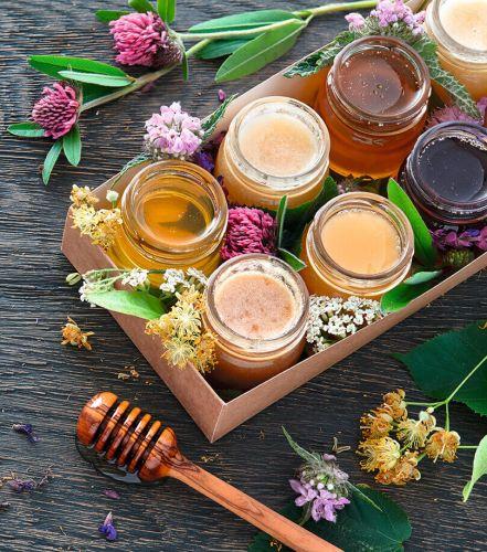 Ein Stück Honigwabe in Honig